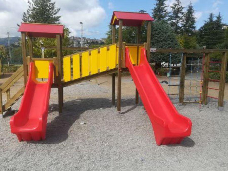 Torre da gioco con scivolo e altalena, parco gioco bambini, uso pubblico, arredo urbano
