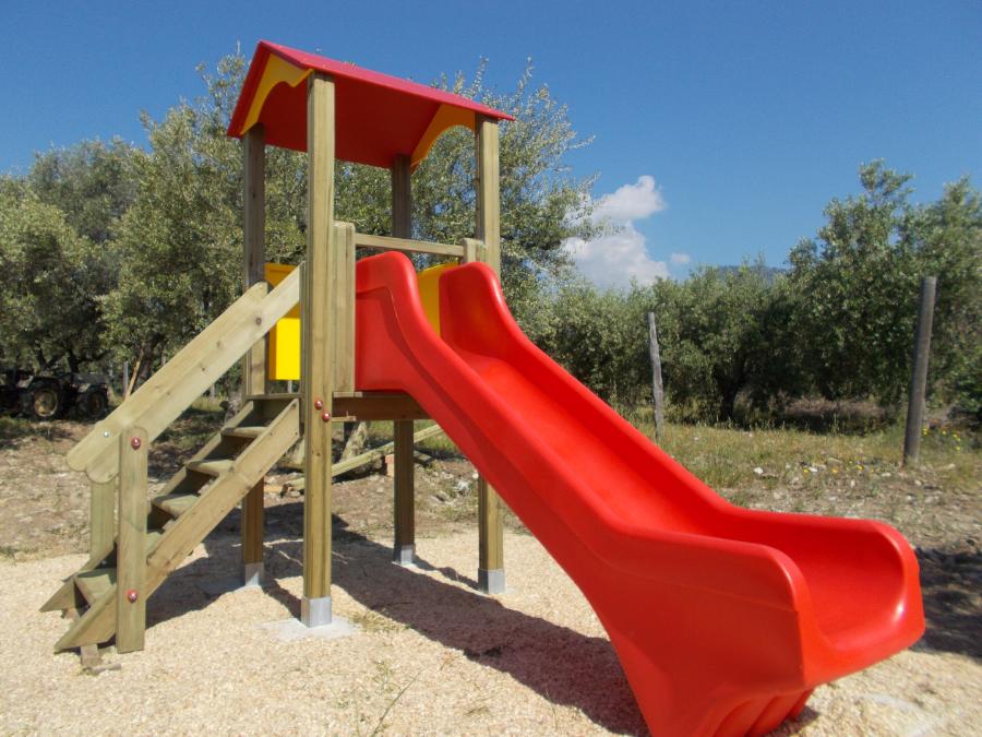 Torre da gioco con scivolo, uso pubblico, parchi gioco bambini,