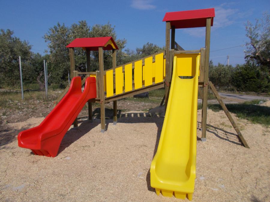 Torri da gioco con scivolo e altalena, uso pubblico, parchi gioco in legno, bambini