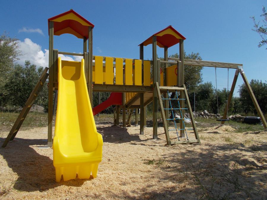Torri da gioco con scivoli e altalena, parco giochi in legno, bambini, arredo urbano,