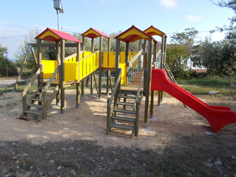 Torri da gioco con scivoli e altalena, giochi in legno bambini, uso pibblico, giardini comunali,