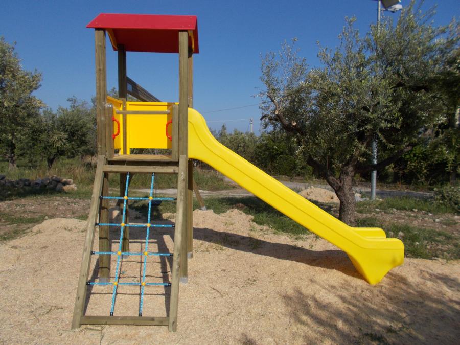 Torre da gioco con scivolo, parco gioco bambini, uso pubblico, arredo urbano
