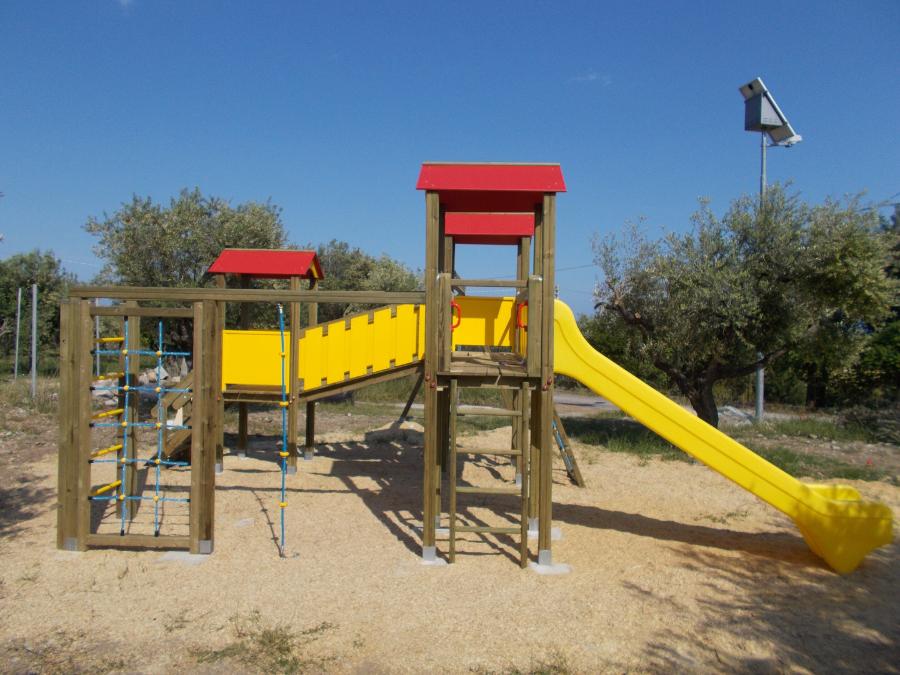 Torre da gioco con scivolo palestrina e altalena, parco gioco bambini, uso pubblico, arredo urbano