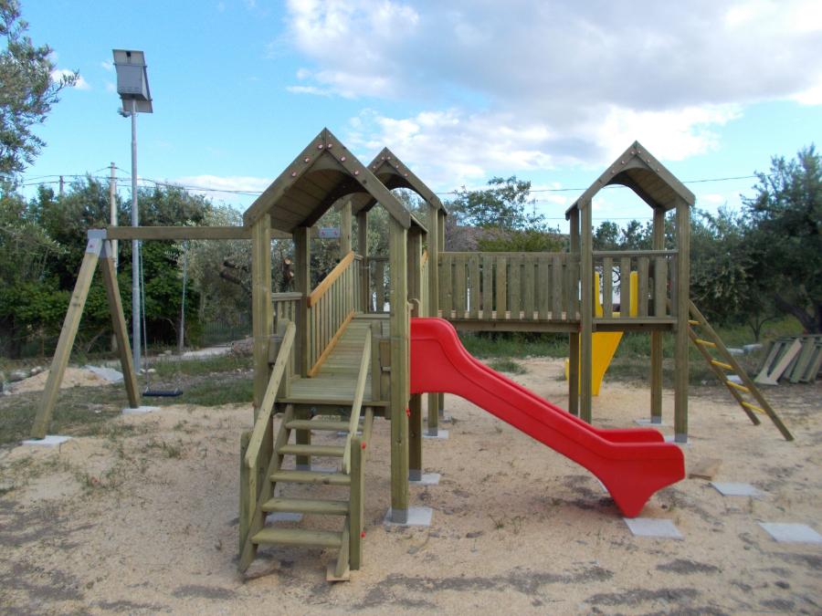 Parco gioco legno, torrette scivolo e altalena
